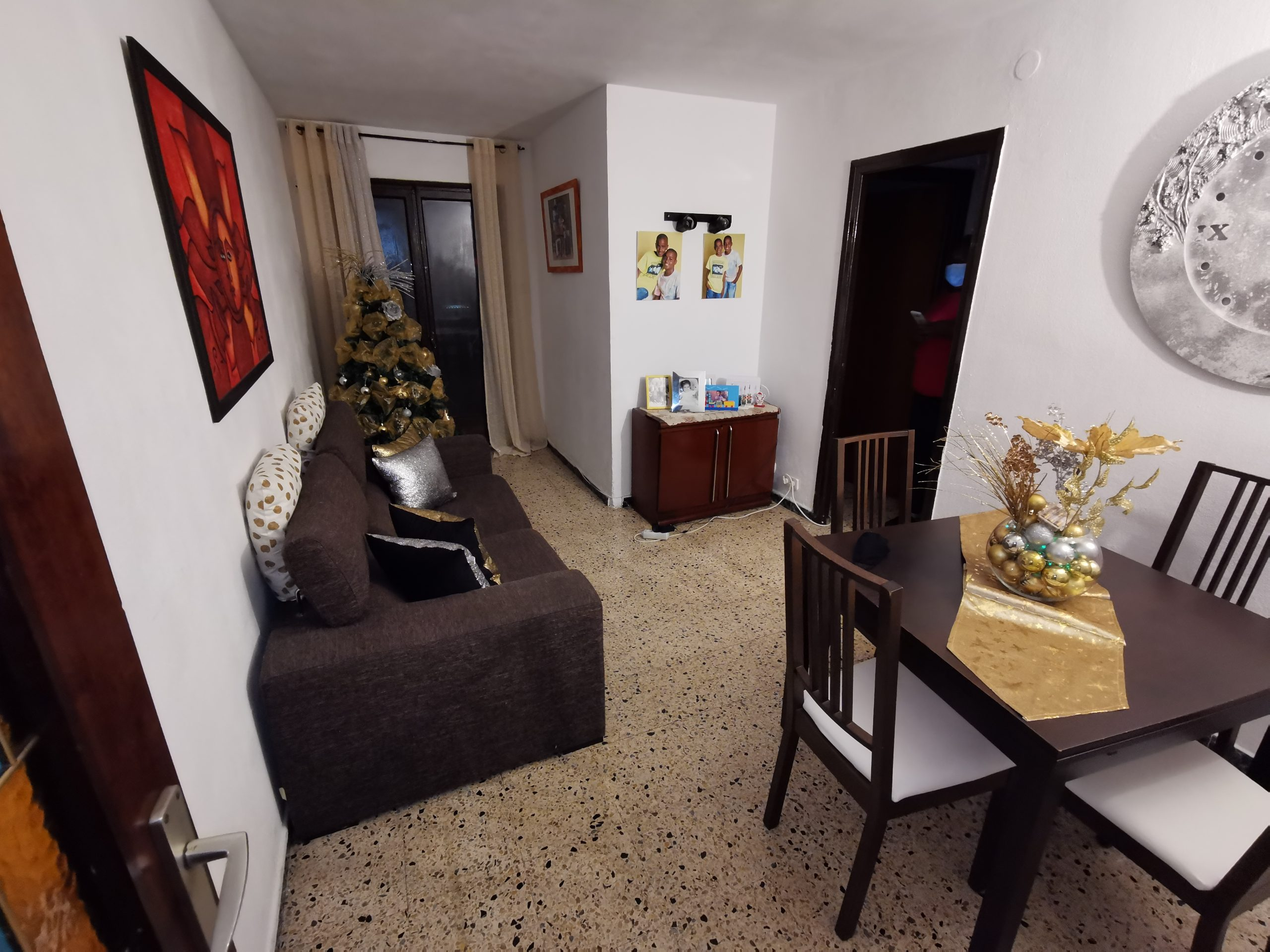 En venta piso de tres habitaciones con balcón.